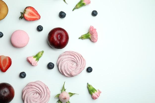 Concept van smakelijke bitterkoekjes en marshmallows op witte achtergrond