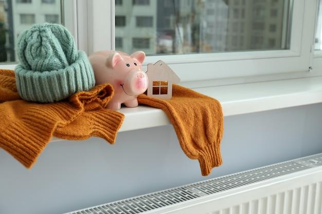 Concept van stookseizoen met kleding op de vensterbank.