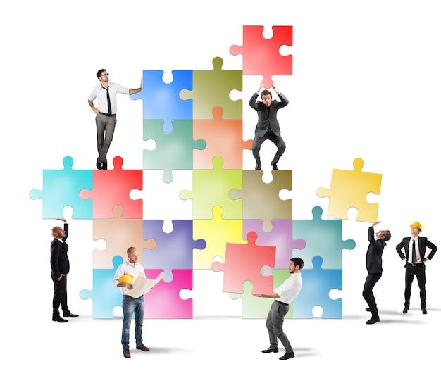 Concept van teamwerk met team van ondernemers dat een nieuw bedrijf bouwt