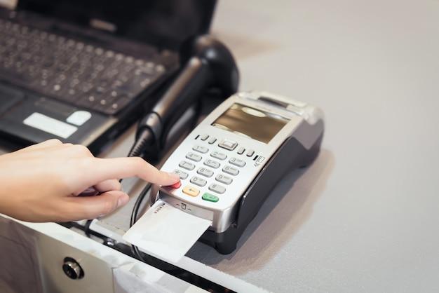 Concept van technologie bij het kopen zonder contant geld te gebruiken.