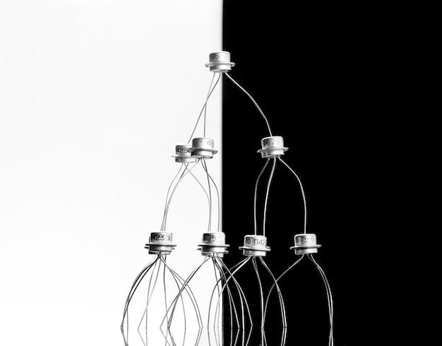 Concept van transistors acrobaten piramide op zwart-wit