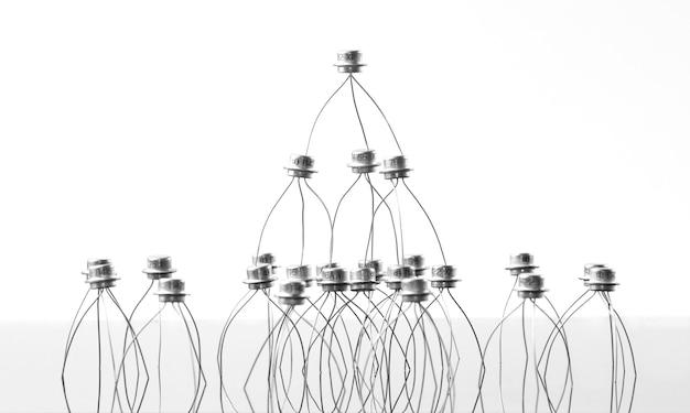Concept van transistors acrobaten piramide