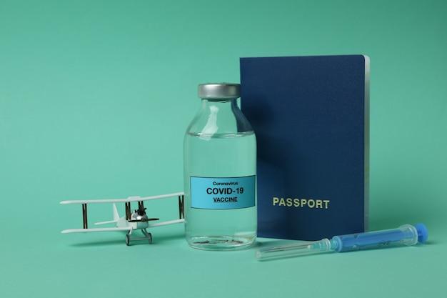 Concept van vaccinatie met covid - vaccin 19 op muntachtergrond