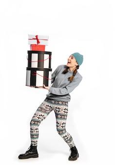Concept van vakantie, winkelen voor geschenken. jong meisje met verschillende grote dozen met cadeaus voor vakantie.