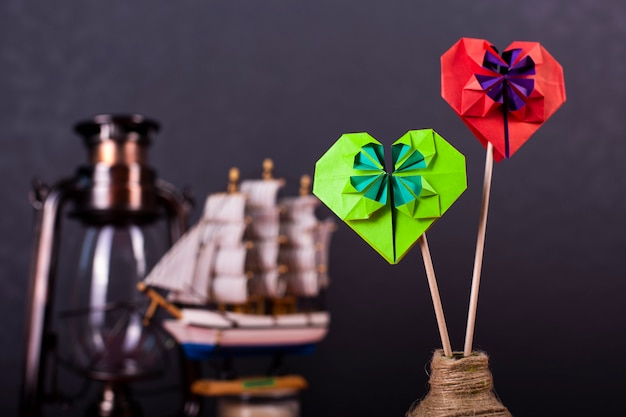 Concept van valentijnsdag kaart liefde handgemaakte papercraft origami bewerkte gekleurd papier hart close-up shot in studio