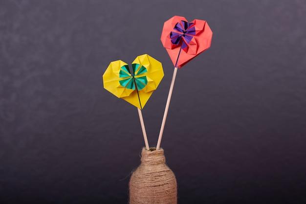Concept van valentijnsdag liefde handgemaakte papercraft origami bewerkte gekleurd papier hart close-up shot in studio