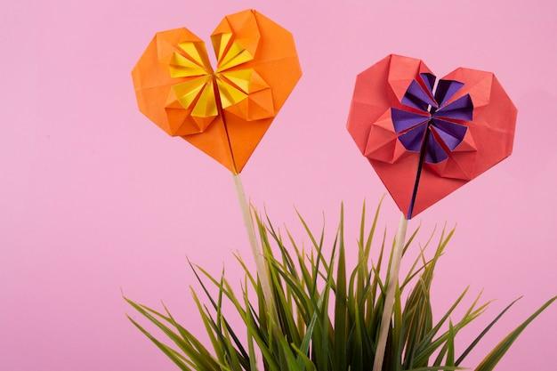Concept van valentijnsdag liefde handgemaakte papercraft origami bewerkte gekleurd papier hart close-up shot