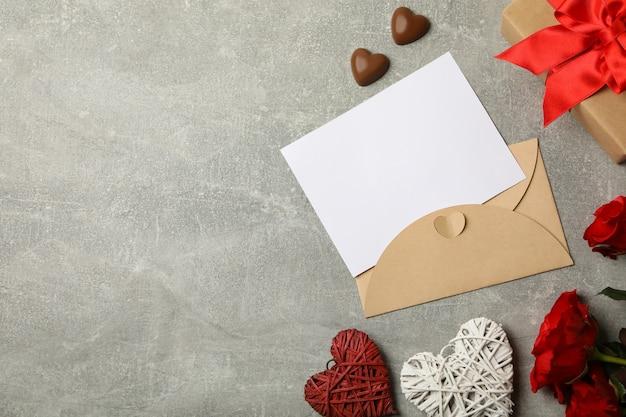 Concept van valentijnsdag met lege envelop op grijze achtergrond