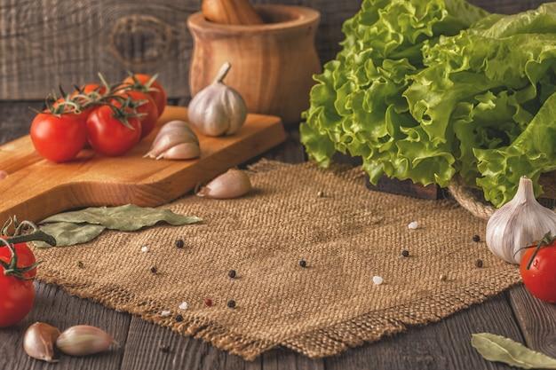 Concept van vegetarisch dieet met groenten, kruiden en specerijen