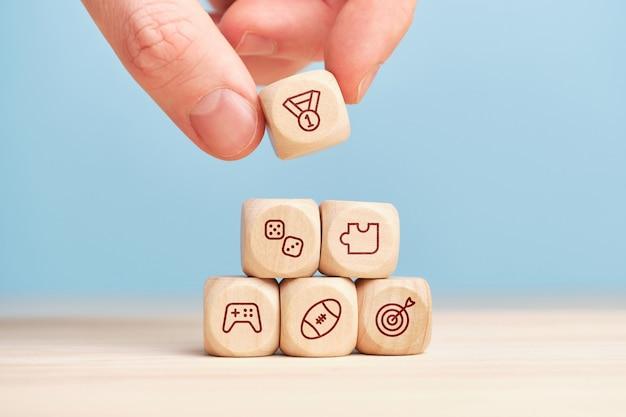 Concept van verschillende spelen op houten kubussen met de hand gebouwd.