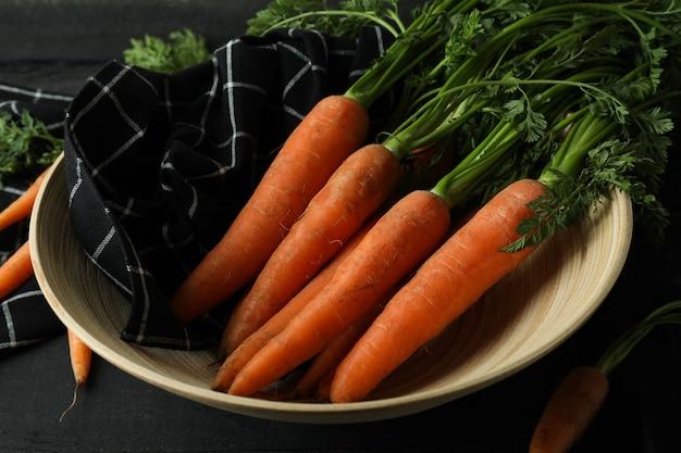 Concept van verse groente met wortel op donkere houten tafel
