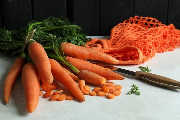 Concept van verse groente met wortel op witte geweven lijst
