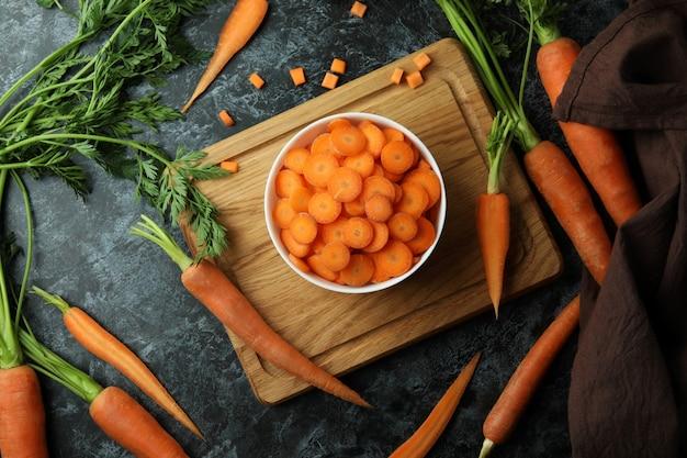 Concept van verse groente met wortel op zwarte smokey tafel