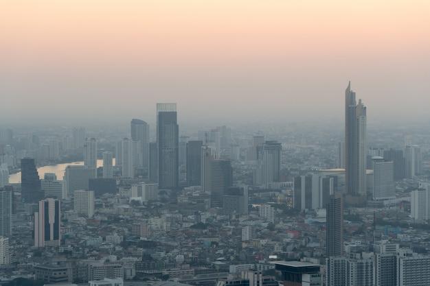 Concept van vervuiling pm2.5 ongezond luchtvervuilingsstof. giftige nevel in de stad.