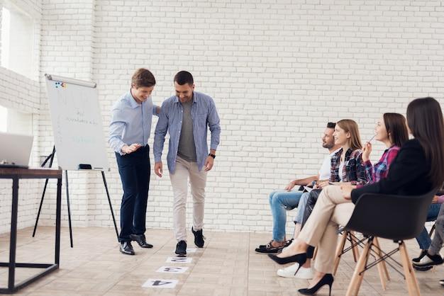Concept van vier stappen om succes te behalen.