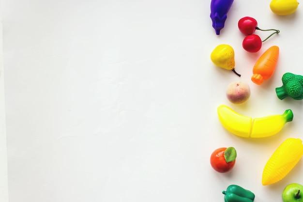 Concept van voedsel en dieet. mini speelgoed biologische groenten en fruit. biologisch marktconcept.