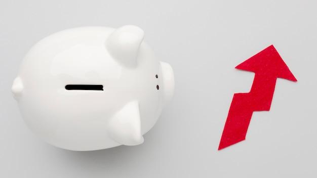 Concept verhoogde economie met spaarvarken