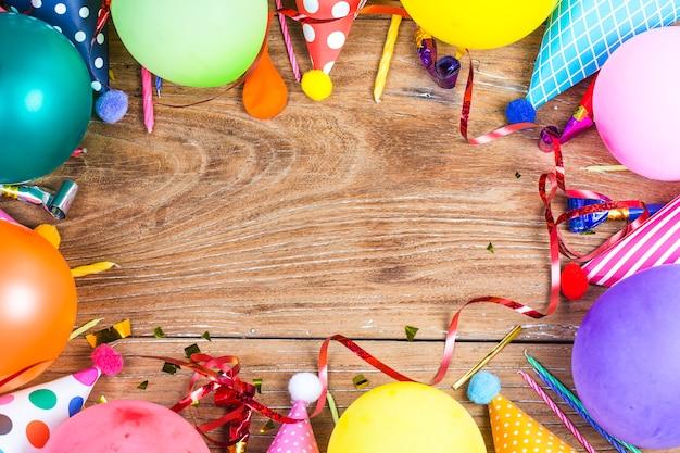 Concept verjaardagsfeest op witte achtergrond bovenaanzicht patroon