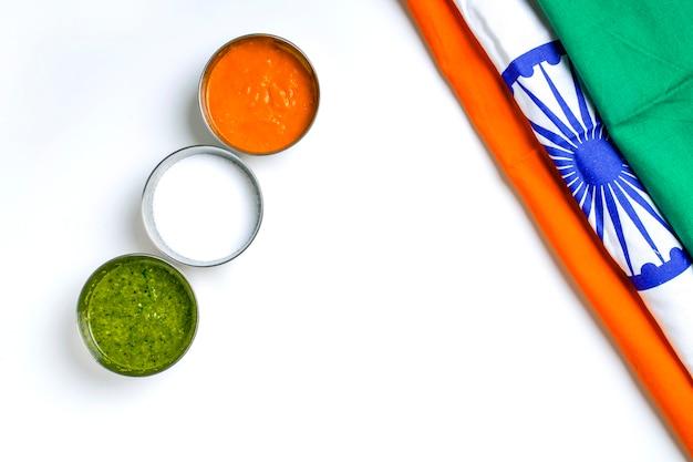 Concept voor de dag van de onafhankelijkheid van de indische en republiek dag, driekleurige indiase vlag op witte achtergrond