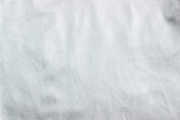 Concept voor leer, textiel en textuur, close-up van verfrommeld grijs zilver metallic leer, stoffenachtergrond