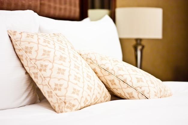 Concept voor luxe en huwelijksreis, kussens in een luxe hotel