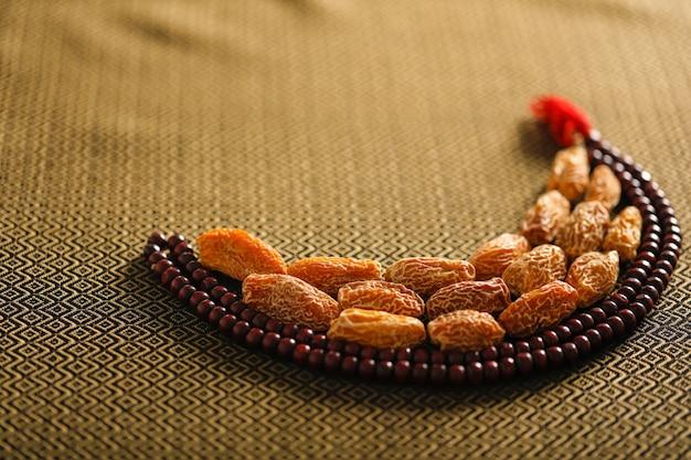 Concept voor ramadan, datum fruit met een islamitisch gebed