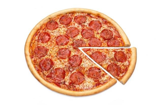 Concept voor reclame flyer poster menu met pepperoni pizza plakje pizza bovenaanzicht kopie ruimte geïsoleerd
