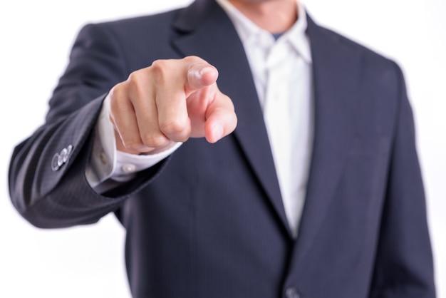 Concept zakelijk of financieel: aziatische zakenman wijst met zijn vinger om iets te introduceren of te benoemen dat op een witte achtergrond wordt geïsoleerd.
