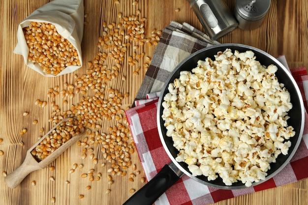Concept zelfgemaakte popcorn op houten achtergrond