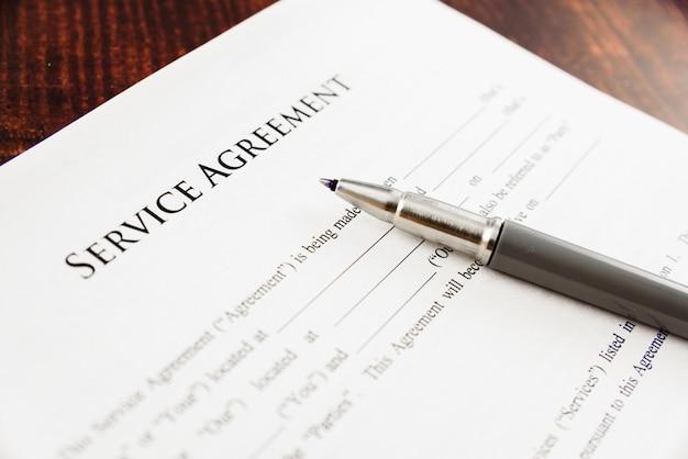 Conceptafbeelding van een serviceovereenkomst geschreven door een advocaat.