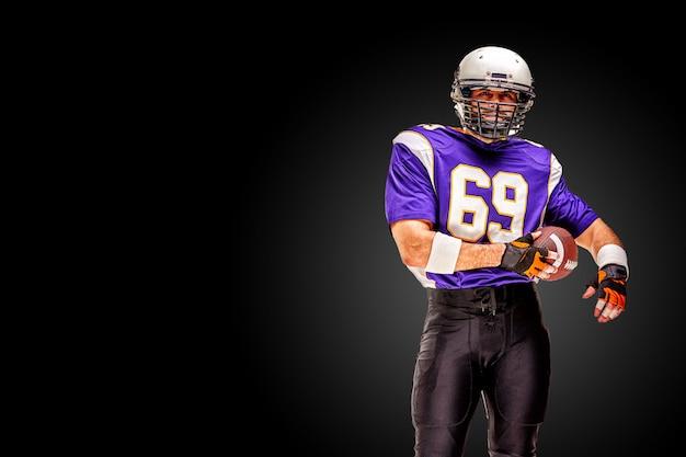 Concepten amerikaans voetbal, portret van amerikaanse voetbalster in helm met patriottische blik