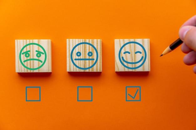 Concepten van evaluatie, beoordelingsverhoging, klantervaring, tevredenheid en de beste beoordeling van uitstekende services