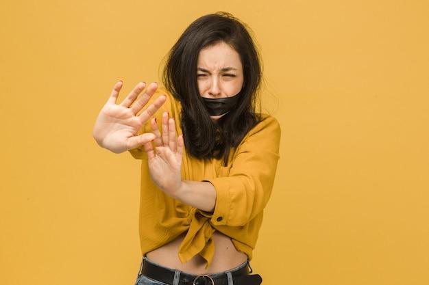 Conceptenfoto van vrouwelijk slachtoffer met haar omhoog vastgebonden mond
