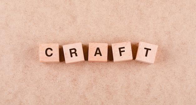 Conceptueel ambacht met houten blokken met woorden plat leggen.