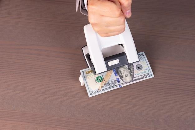 Conceptueel beeld van een zakelijke afkorting tegen het witwassen van geld
