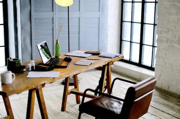 Conceptueel beeld van grafisch ontwerper werkplek, met een pentablet, een computer en enkele kleurstalen