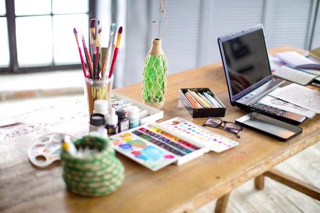 Conceptueel beeld van grafisch ontwerper werkplek