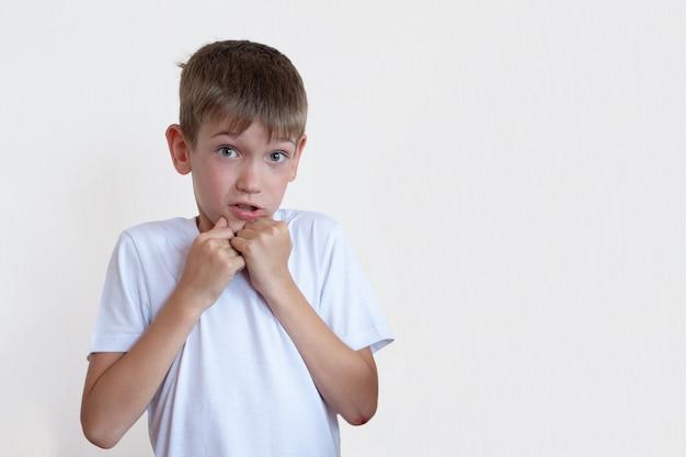 Conceptueel beeld van knappe jonge blanke kleine jongen zijn vuisten balde