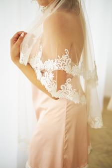 Conceptueel huwelijk, de ochtend van de bruid in de europese stijl. boudoir-jurk