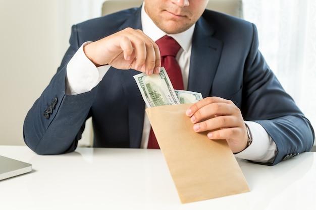 Conceptueel omgekochte politicus die envelop met geld neemt