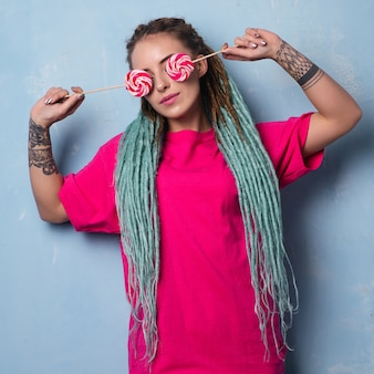 Conceptueel portret van vrouw met tatoeages en dreadlocks