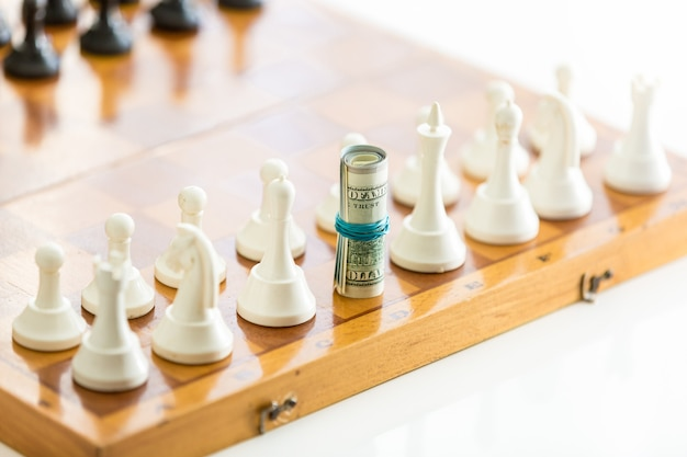 Conceptueel schot van opgerolde bankbiljetten in plaats van schaakkoning