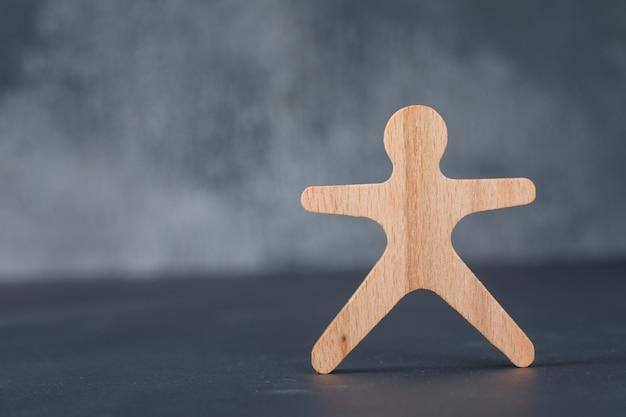 Conceptueel van zaken en werkgelegenheid. met houten menselijke figuur.