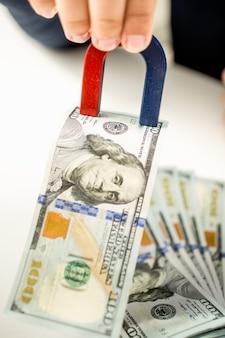 Conceptuele ambtenaar geld stelen met gebruik van magneet