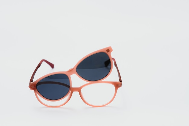 Conceptuele elegante zonnebril geïsoleerd op een witte achtergrond. zonnebril zomeraccessoires als ontwerpelement voor promo of reclamebanner. hoge kwaliteit fotozonnebril op witte achtergrond