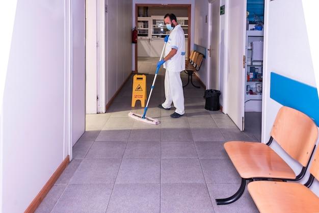 Conceptuele foto van een het ziekenhuisarbeider die de afdeling schoonmaken