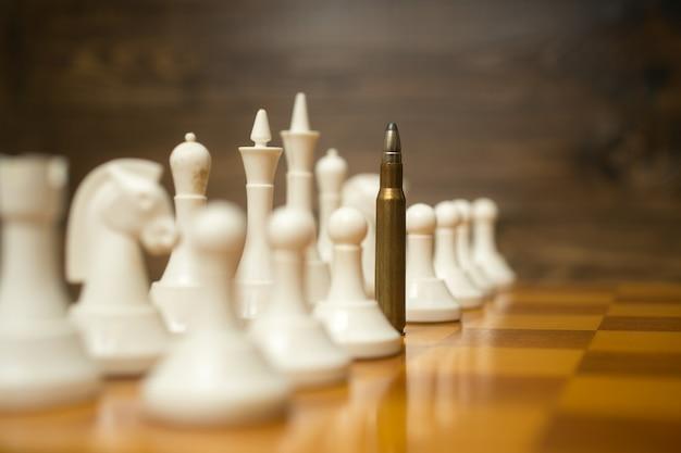 Conceptuele foto van kogel in rij van witte pionnen. concept van conflict