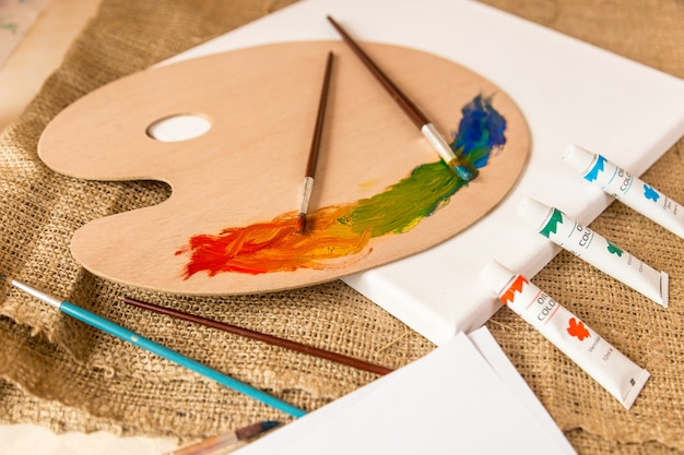 Conceptuele foto van puinhoop op werktafel bij kunstenaarsstudio