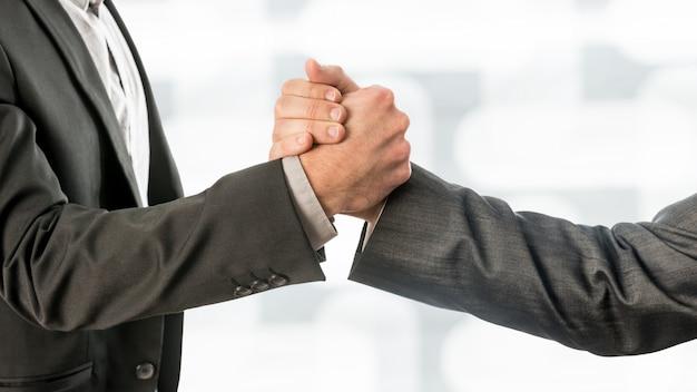 Conceptuele zakenpartners grijpen hun handen
