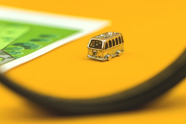 Conceptverhuizingsauto voor familie die naar een nieuw huis verhuist, gele achtergrondfoto